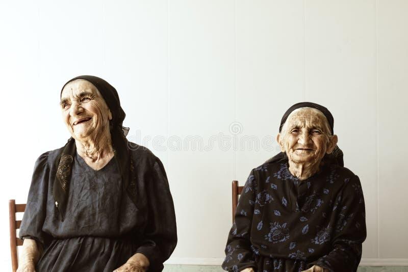 微笑的前辈二名妇女 免版税库存图片