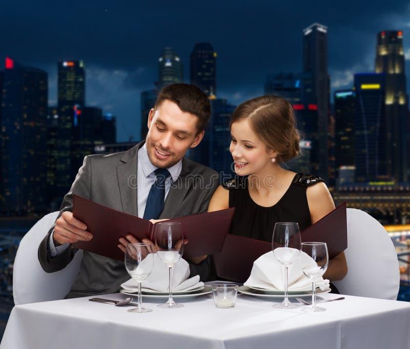 微笑的加上在餐馆的菜单 库存照片