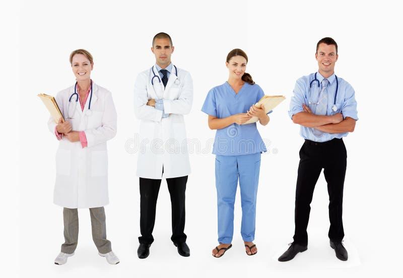 微笑的医疗人员纵向在工作室 免版税库存照片