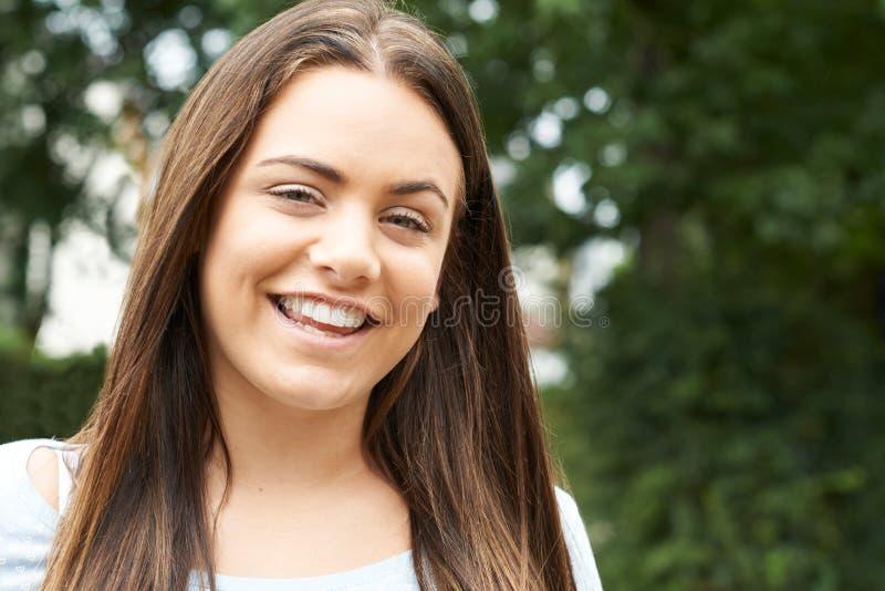 微笑的十几岁的女孩室外首肩画象  库存图片