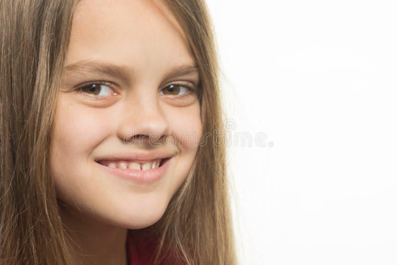 微笑的十几岁的女孩特写镜头画象  免版税库存图片