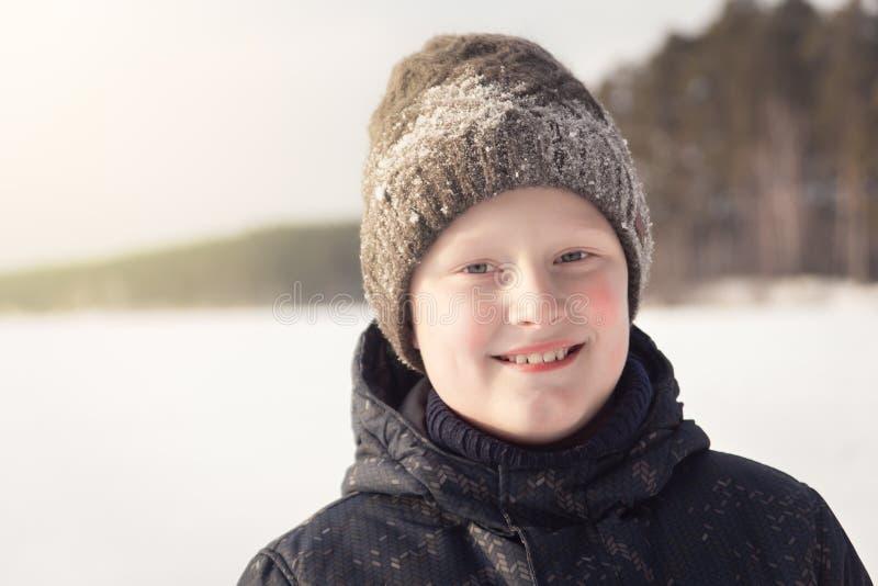 微笑的十几岁的男孩在冬天 库存图片