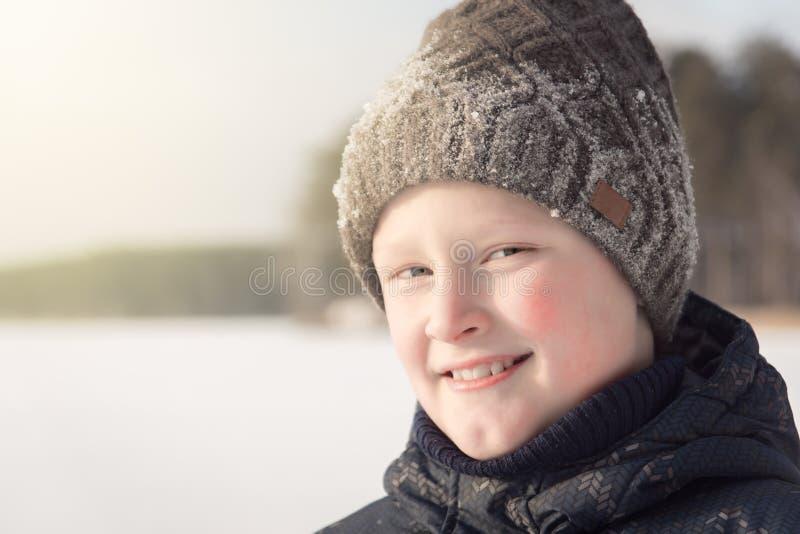 微笑的十几岁的男孩在冬天 库存照片
