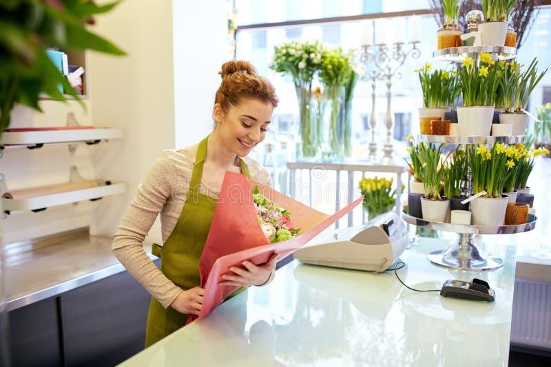 Download 微笑的卖花人妇女包装的束在花店 库存图片. 图片 包括有 人员, beautifuler, 户内, 自然 - 72351235