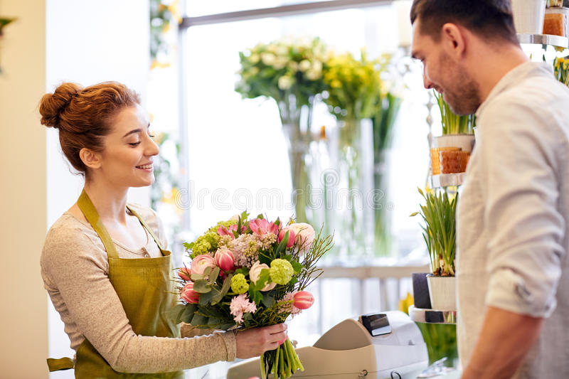 Download 微笑的卖花人妇女和人在花店 库存照片. 图片 包括有 花卉, 职业, 计数器, 商业, 消费者至上主义, 命令 - 72353962