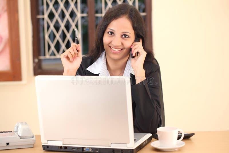 微笑的印第安女实业家 库存图片