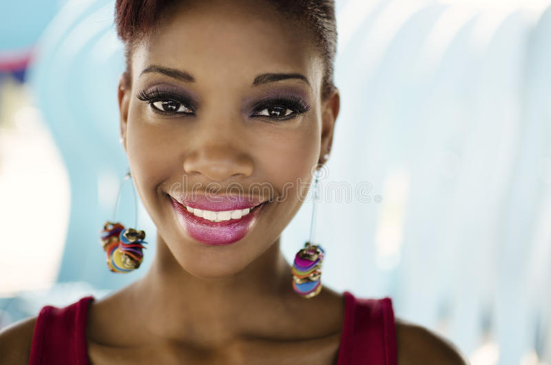 微笑的友好的面对的非裔美国人的妇女 库存照片