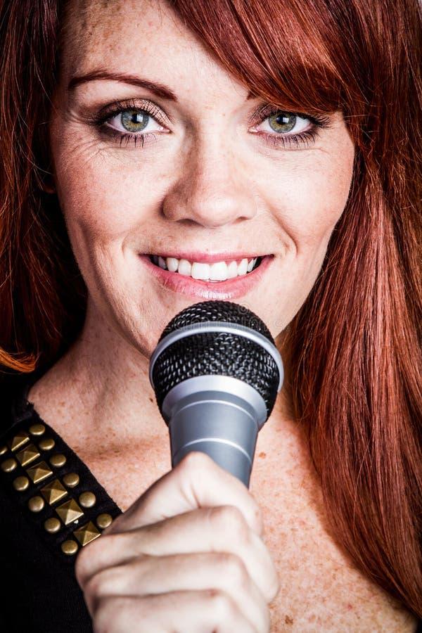 微笑的唱歌的妇女 免版税库存照片