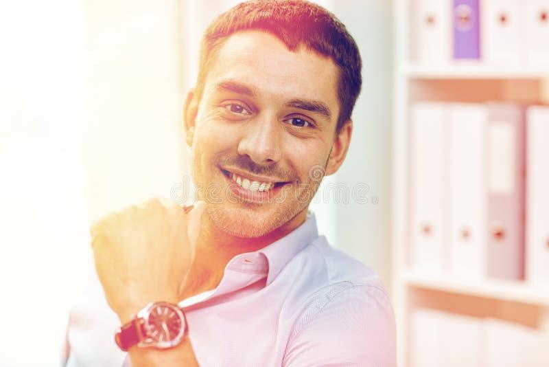 微笑的商人画象在办公室 免版税图库摄影