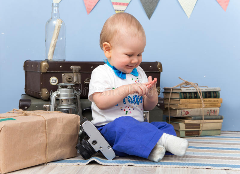微笑的坐的小男孩在家计数他的手指 免版税库存照片