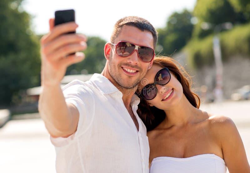 微笑的夫妇在城市 库存照片