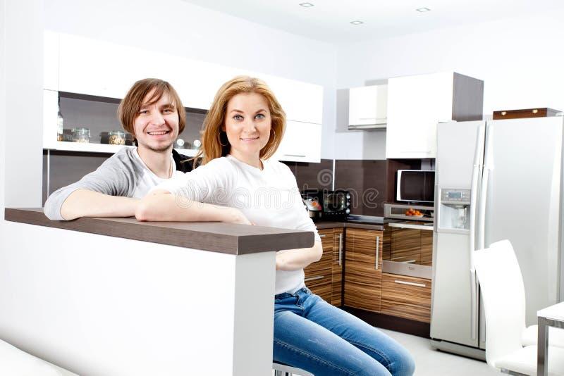 微笑的夫妇在新的家 图库摄影