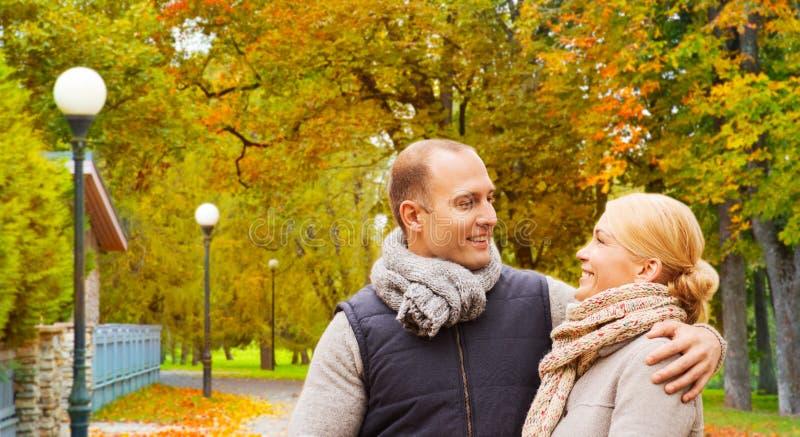 微笑的夫妇在秋天公园 免版税图库摄影