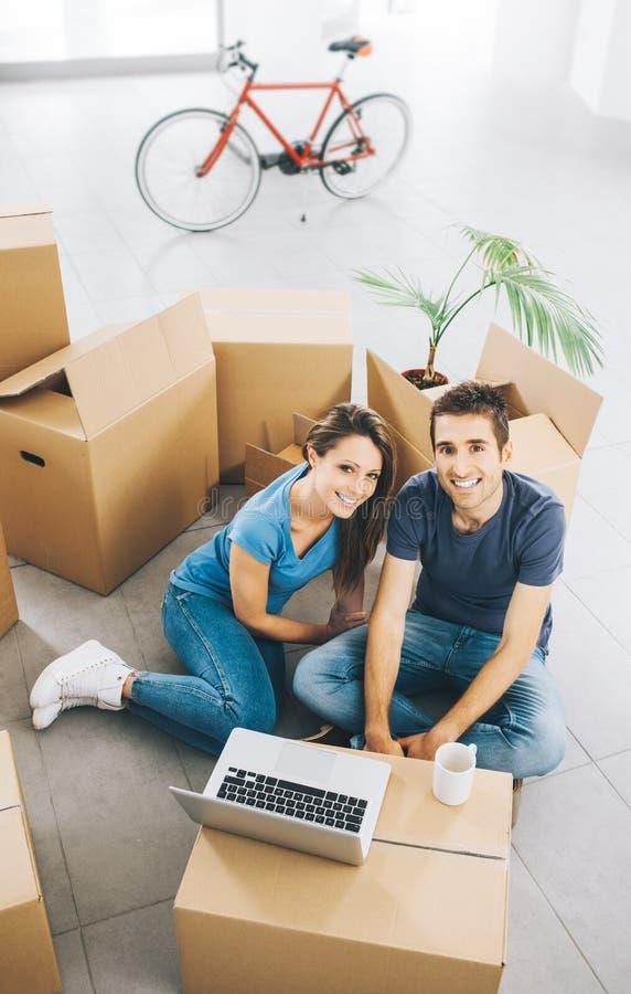 微笑的夫妇在他们的新房里 免版税库存照片