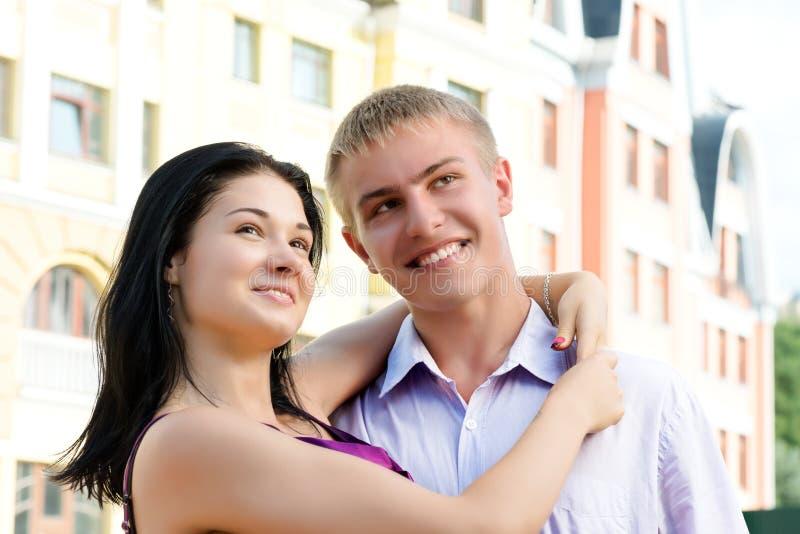 年轻微笑的夫妇拥抱 免版税库存图片