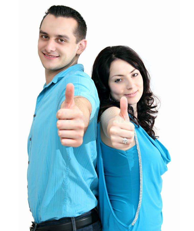 微笑的夫妇显示翘拇指 免版税库存图片