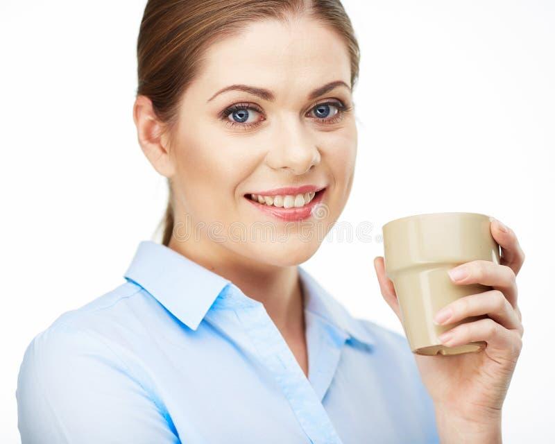 微笑的女商人举行咖啡杯画象  免版税库存照片
