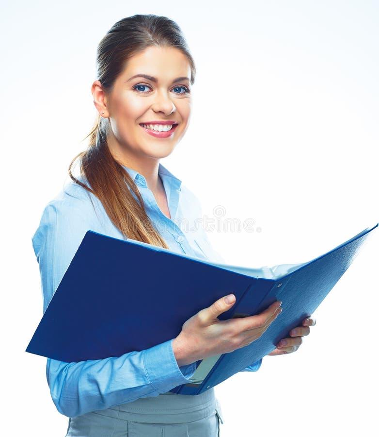 微笑的女商人举行打开报告文件夹 免版税库存图片