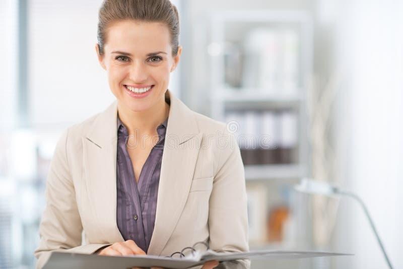 微笑的女商人画象有文件的 库存图片