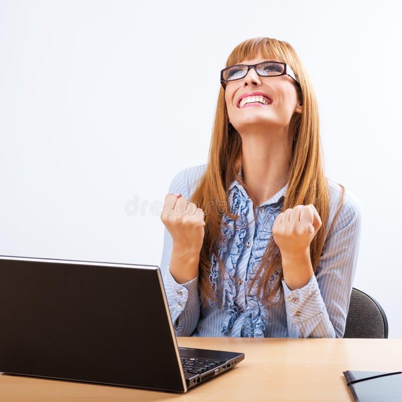 微笑的女商人画象有膝上型计算机的 免版税库存图片