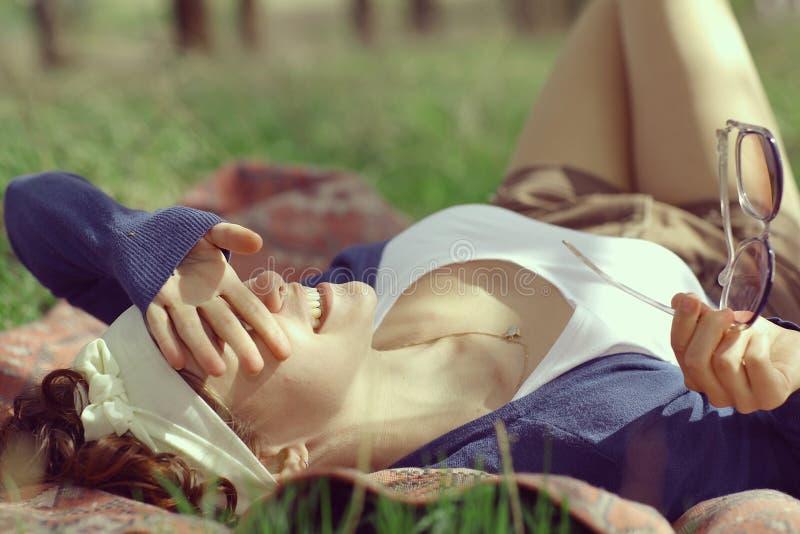 微笑的女孩在春天森林里 免版税图库摄影