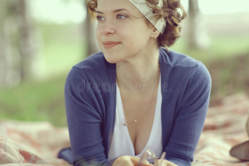微笑的女孩在春天森林里 库存图片