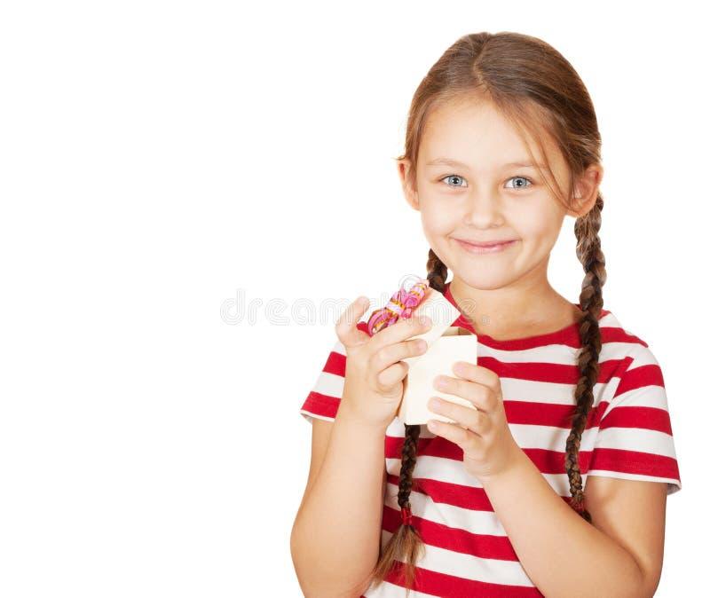 微笑的女孩打开箱子 免版税库存照片