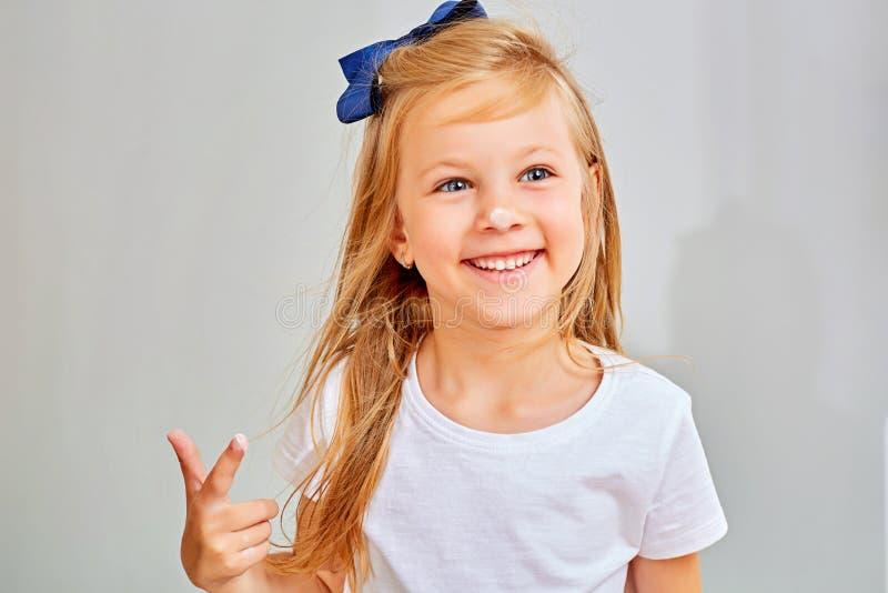 微笑的女孩特写镜头用在她的鼻子的面粉 免版税库存照片