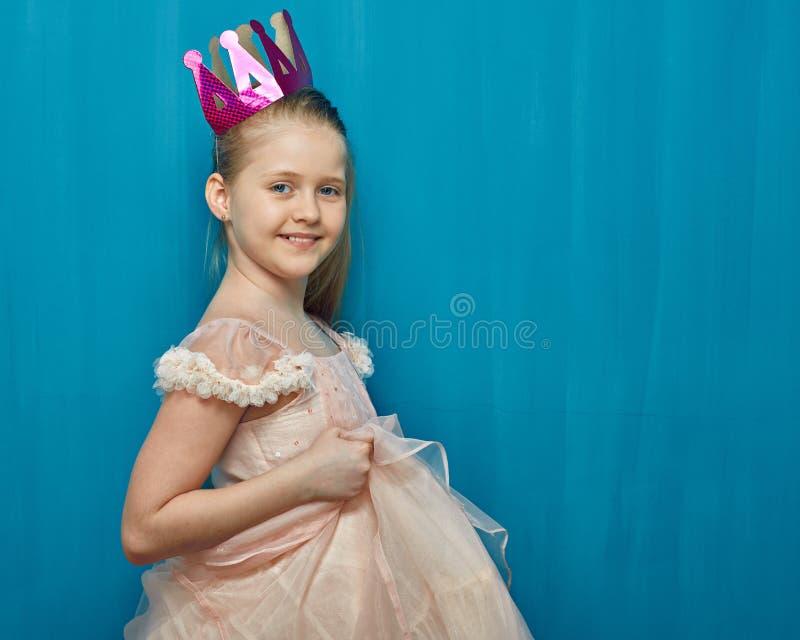 微笑的女孩穿典雅的桃红色礼服的和纸加冠 图库摄影