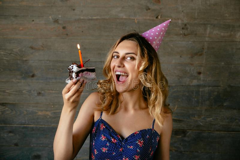 微笑的女孩要吃生日蛋糕片断  免版税库存照片