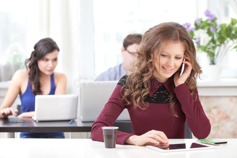 微笑的女孩谈话在电话 库存照片