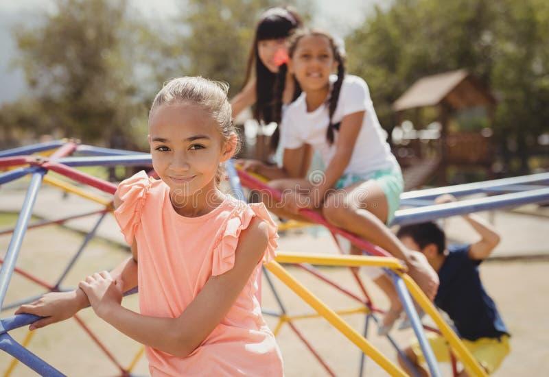 微笑的女孩画象坐圆顶登山人 免版税库存图片