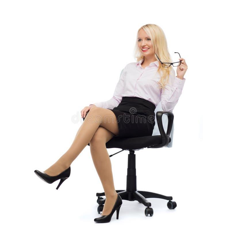 微笑的女实业家或秘书在办公室 免版税库存照片