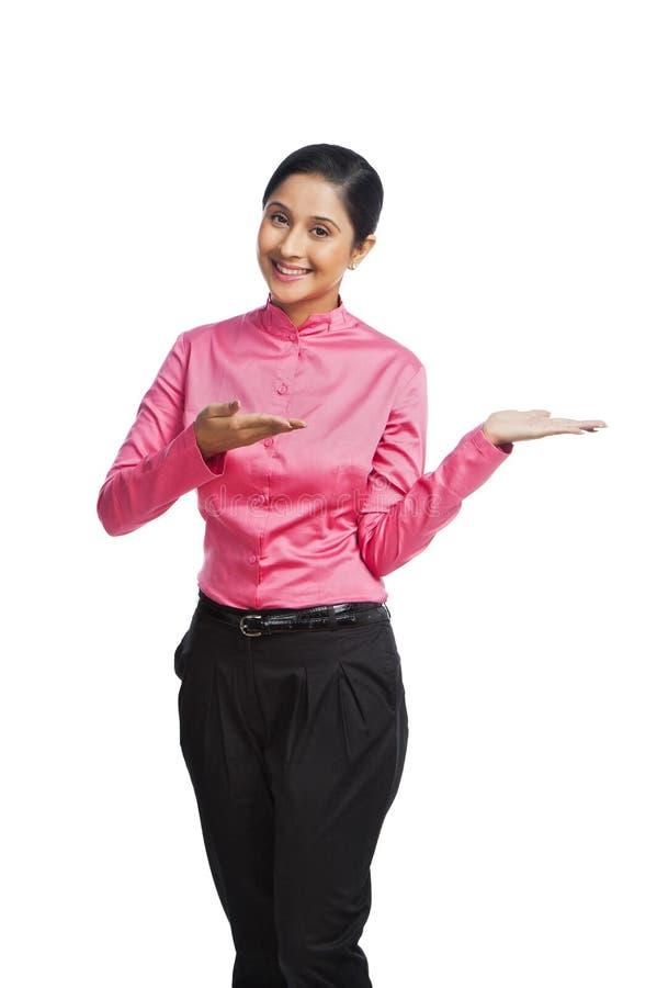 微笑的女实业家打手势和 库存图片