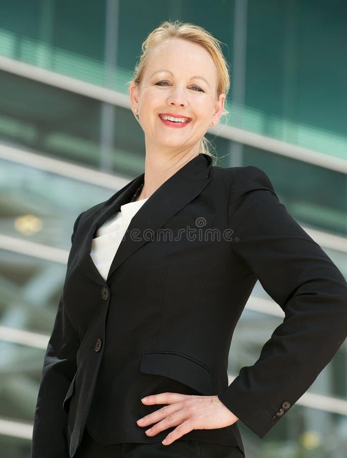 微笑的女实业家的画象户外 图库摄影