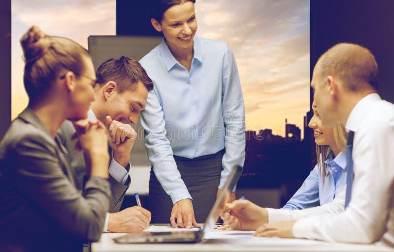 微笑的女性上司谈话与企业队 免版税图库摄影