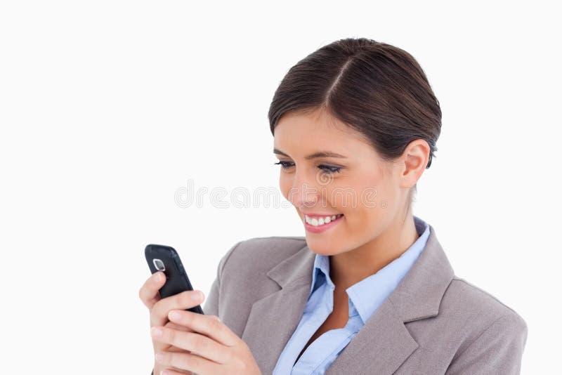 微笑的女性企业家读取正文消息 免版税库存照片
