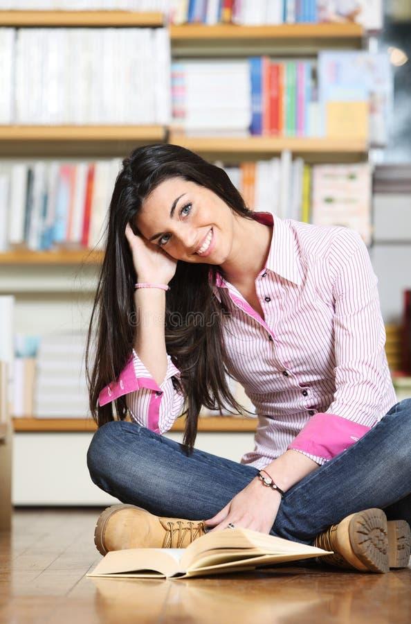 微笑的女性大学生 库存照片