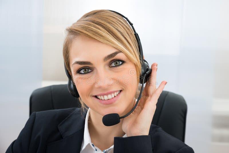微笑的女性客户服务代表 免版税库存照片
