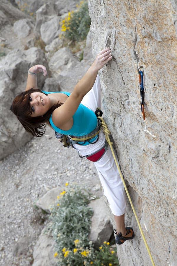 微笑的女性极端登山人 免版税库存照片