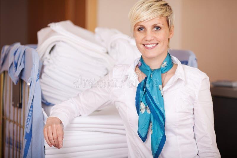 微笑的女性管家在储藏室 免版税库存照片