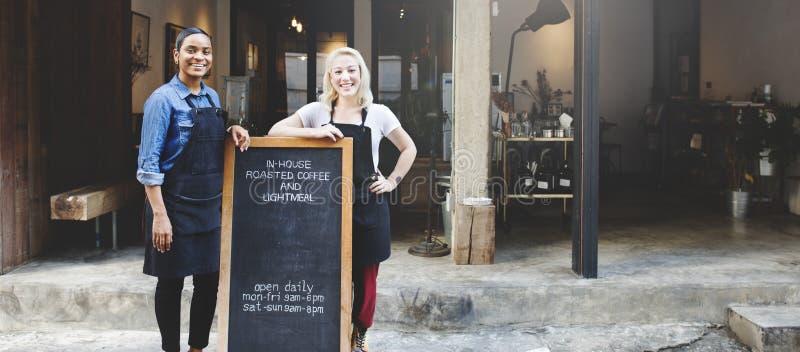 微笑的女朋友户外咖啡店概念 免版税库存图片
