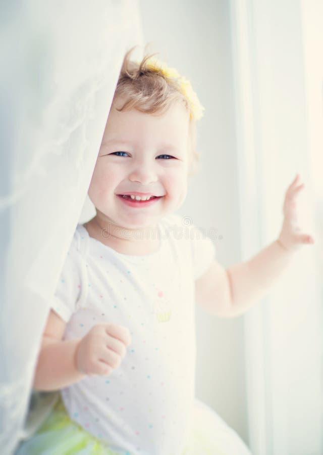 Download 微笑的女婴 库存图片. 图片 包括有 愉快, 人员, 幸福, 童年, 快乐, 小孩, 逗人喜爱, 生活方式 - 30327041