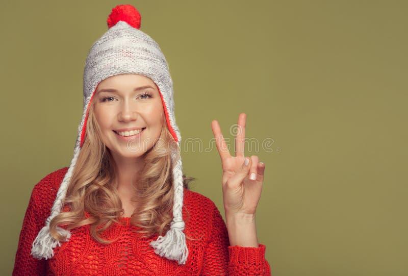 微笑的妇女佩带的冬天衣物 免版税库存图片
