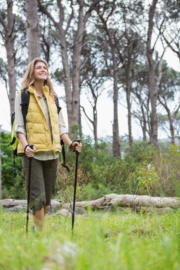 微笑的妇女北欧走 免版税图库摄影