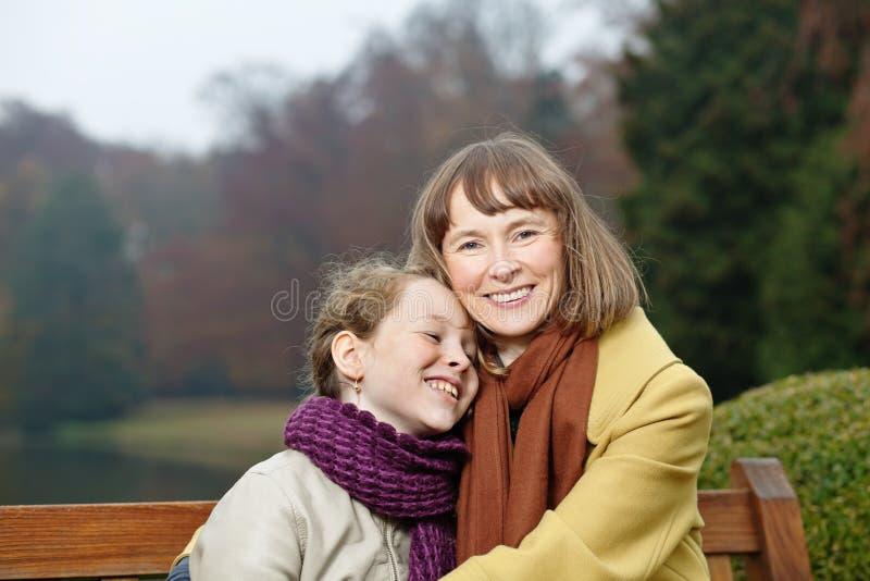 微笑的妇女和女孩室外纵向  库存照片