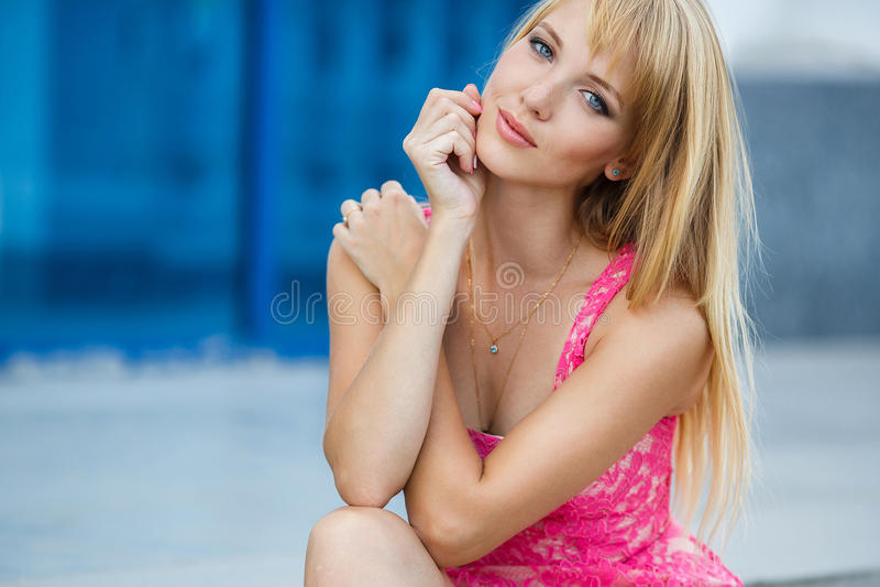 年轻微笑的妇女户外画象 图库摄影