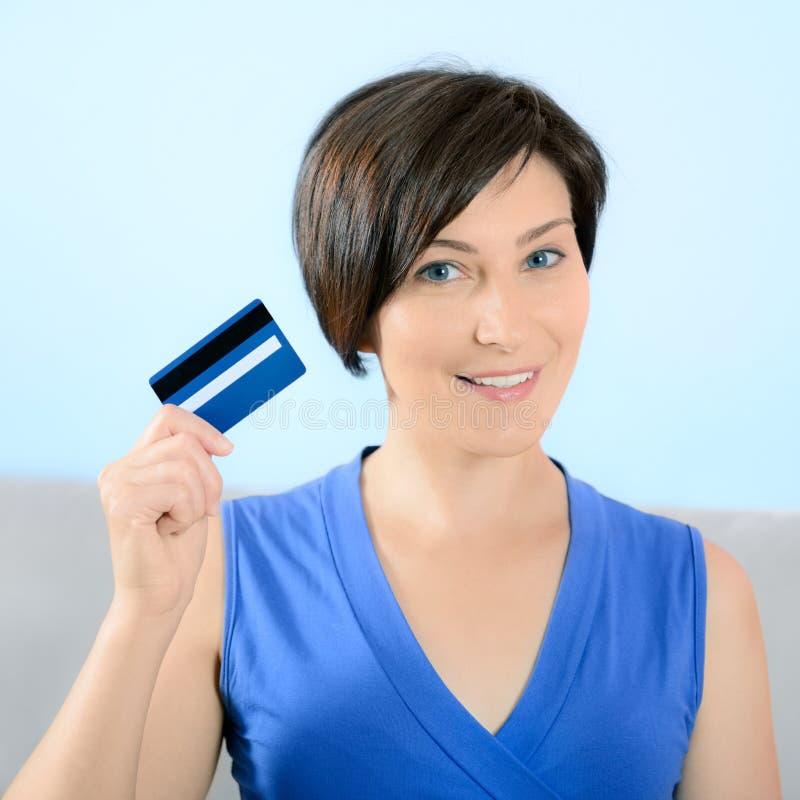 微笑的妇女显示信用卡 库存图片