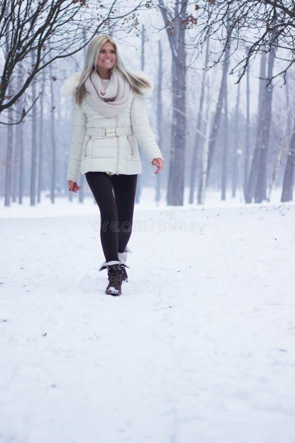 微笑的妇女温暖地穿衣在冬天 免版税图库摄影