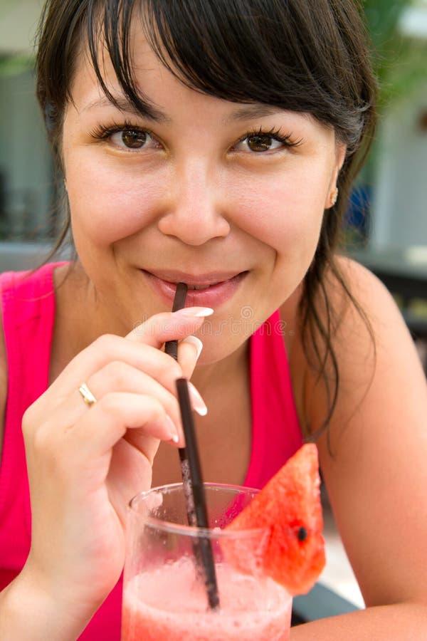 年轻微笑的妇女特写镜头画象有的 免版税库存图片